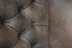 Close-up da cadeira elegante de Chesterfield Cadeira de couro enchida Seat e parte traseira com botões com espa?o livre para o te foto de stock royalty free
