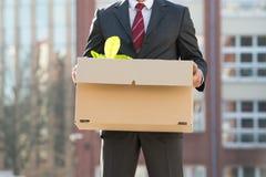 Close-up da caixa de Standing With Cardboard do empresário fora de O Fotos de Stock