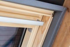Close up da camada da isolação térmica na janela do telhado Foto de Stock Royalty Free