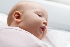 Close up da cara bonito do bebê Bebê que encontra-se em sua cama maternidade fotos de stock