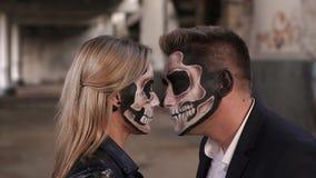 Close-up da cara de um par com composição de Dia das Bruxas sob a forma de um esqueleto filme