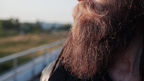 Close-up da cara de um tipo duro com vidros e um chapéu Seus vidros refletem o rio e a paisagem circunvizinha video estoque