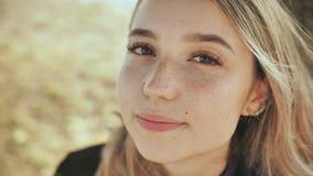 Close-up da cara de uma menina loura nova agradável do russo filme