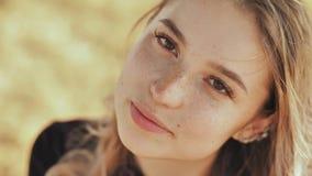 Close-up da cara de uma menina loura nova agradável do russo vídeos de arquivo