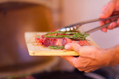 Close up da carne fresca do bife que prepara-se na grade Foto de Stock Royalty Free