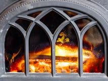 Close up da chaminé com interior alaranjado da chama do fogo heating fotografia de stock royalty free