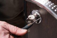 Close-up da chave de fenda das portas e do metal de fechamento Fotos de Stock