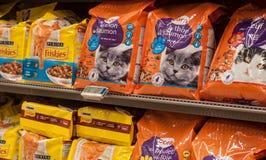 Close up da comida de gato dos friskies, o tipo francês no supermercado de Cora Fotografia de Stock