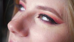 Close up da composição fêmea bonita dos olhos azuis Olhos perfeitos do smokey filme