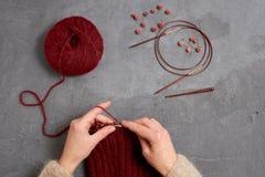 Close-up da confecção de malhas das mãos Fotos de Stock Royalty Free