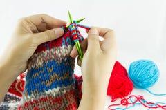 Close-up da confecção de malhas das mãos Fotografia de Stock Royalty Free