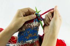 Close-up da confecção de malhas das mãos Imagem de Stock