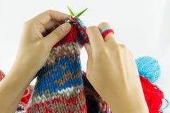 Close-up da confecção de malhas das mãos Imagens de Stock
