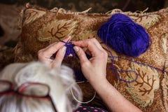 Close-up da confecção de malhas das mãos Fotografia de Stock