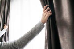 Close up da cortina de abertura da mão das mulheres Fotos de Stock Royalty Free