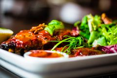 Close up da costeleta de porco magra com salada, molho de pimentão e baguette no res fotos de stock