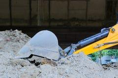 Close up da cubeta da máquina escavadora na terra empoeirada Imagem de Stock Royalty Free