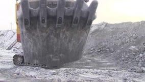 Close-up da cubeta da máquina escavadora de bater a câmera vídeos de arquivo