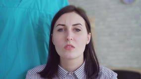 Close-up da decepção da cara da mulher após a cirurgia plástica video estoque