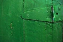 Close up da dobradiça em uma porta velha foto de stock