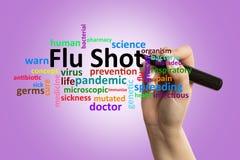 Close up da enfermeira que escreve o texto da vacina contra a gripe na tela fotografia de stock royalty free