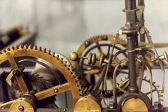 Close-up da engrenagem do mecanismo grande do maquinismo de relojoaria na operação Fotografia de Stock Royalty Free