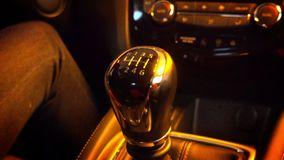 Close-up da engrenagem em mudança da mão do ` s da pessoa ao conduzir o carro filme