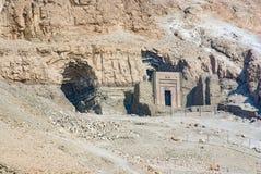 - Close-up da entrada de um túmulo escavado no lado da Fotos de Stock Royalty Free