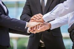 Close up da equipe do negócio que mantém as mãos unidas fotografia de stock