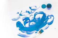 Close up da escova, da pintura e da paleta com espaço da cópia Foto de Stock