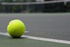 Close up da esfera de tênis na linha baixa Imagens de Stock Royalty Free