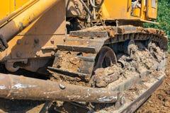 Close-up da esteira rolante da grande escavadora industrial fotografia de stock