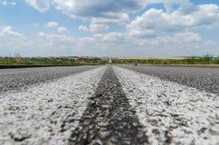 Close up da estrada asfaltada com duas linhas brancas no centro Fotografia de Stock