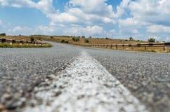 Close up da estrada asfaltada com linha branca center Imagem de Stock