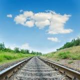 Close up da estrada de ferro ao horizonte na paisagem verde imagens de stock royalty free