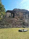 Close up da estrutura em etapas em ruínas maias de Kohunlich fotografia de stock