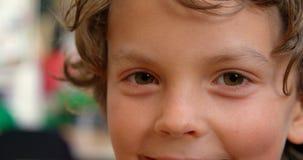 Close-up da estudante caucasiano feliz na sala de aula na escola 4k filme