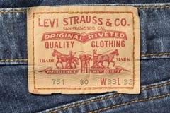 Close up da etiqueta das calças de brim do couro de Levi's imagens de stock