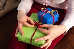 Close up da fêmea que guarda caixas atuais brilhantes Imagem de Stock Royalty Free