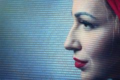Close-up da fiscalização de Digitas da mulher Tecnologia de segurança concentrada fotografia de stock royalty free