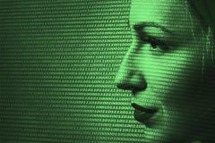 Close-up da fiscalização de Digitas da mulher Tecnologia de segurança concentrada fotos de stock