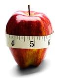Close-Up da fita de medição envolvido em torno de Apple Imagens de Stock