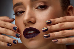Close up da forma Mulher glamoroso com composição e tratamento de mãos luxuosos Imagens de Stock Royalty Free
