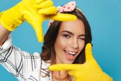 Close up da foto da mulher de sorriso 20s que mostra o retângulo com dedo fotos de stock