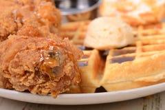 Close up da galinha e dos waffles Fotos de Stock Royalty Free