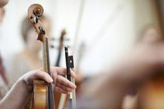 Close-up da garganta de um violino com uma curva Fotos de Stock Royalty Free