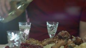 Close up da garrafa masculina da terra arrendada da mão do vinho do champanhe e derramamento nos vidros, tradicional e comemoraçã vídeos de arquivo