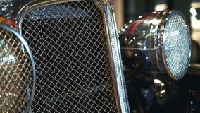 Close-up da grade de radiador brilhante do cromo do veículo velho filme