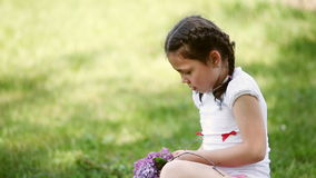 Close-up da grinalda feliz da trança da menina das flores no prado filme