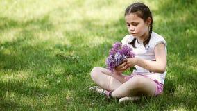 Close-up da grinalda feliz da trança da menina das flores no prado vídeos de arquivo